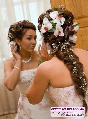 свадебные прически на длинные волосы с живыми цветами и плетением