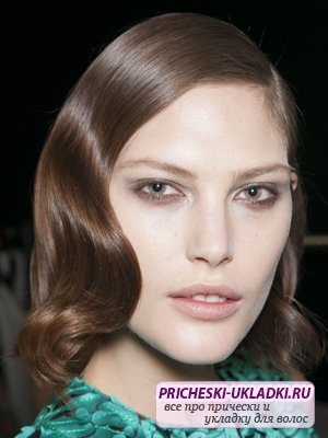 Стильная прическа на средние волосы – элегантные волны