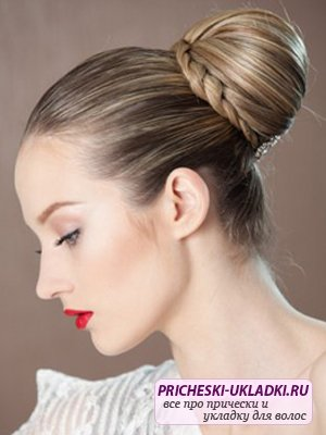 Привлекательная прическа пучок на длинные волосы